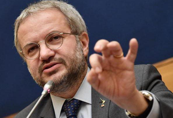 """Claudio Borghi: """"Se non riusciamo a cambiare l'Ue, dovremouscirne"""""""